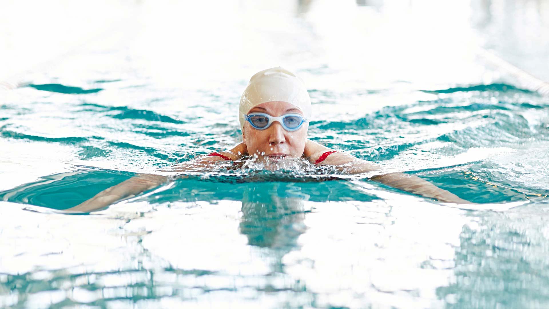 Uinti on hyvä harrastus niska-hartiaseudun treeniin.
