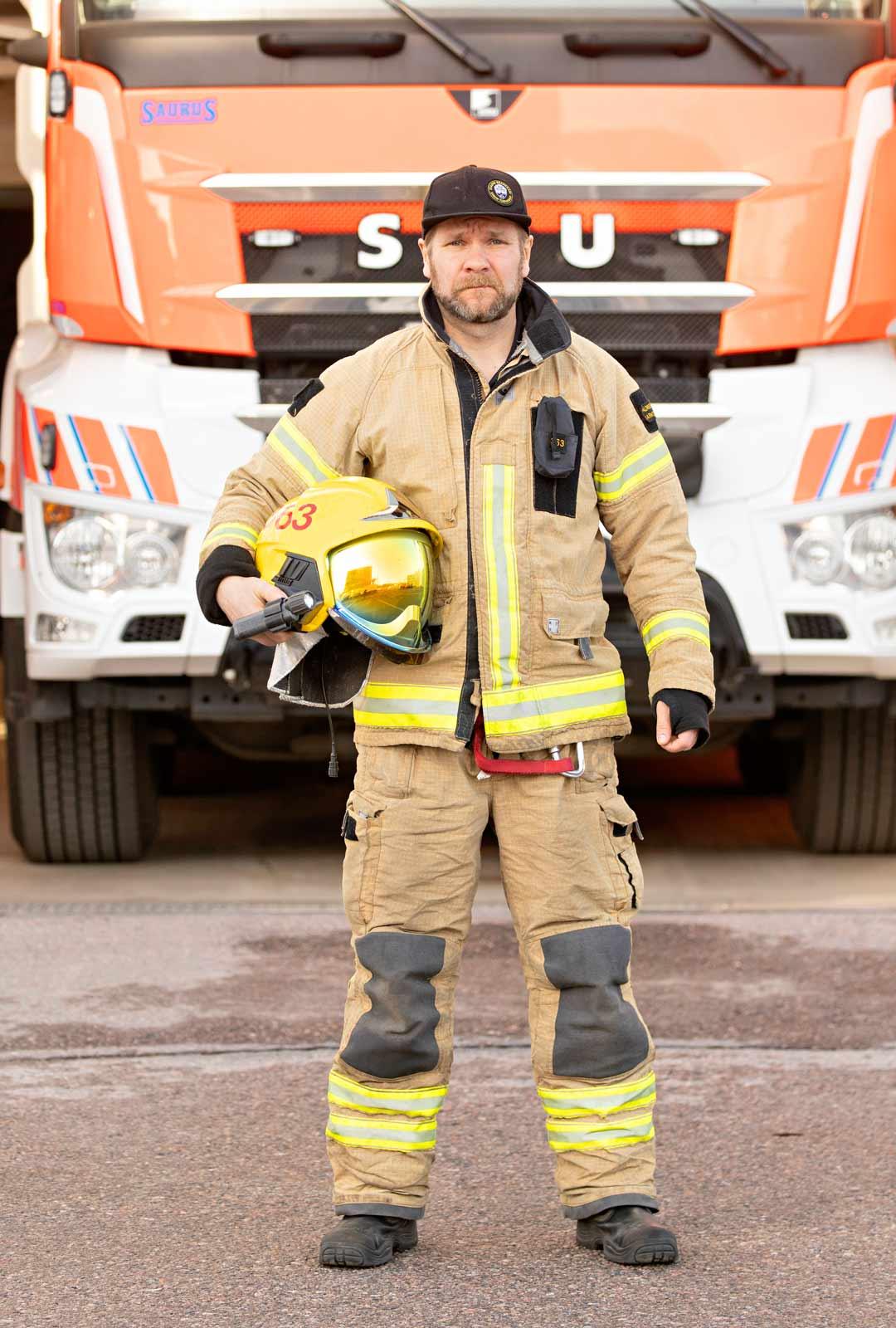 """""""Meidän työmme on ollut vaarallista ennen tätäkin. Silloin, kun ihmiset tulevat ulos, palomiehet menevät sisään"""", Jarno sanoo."""