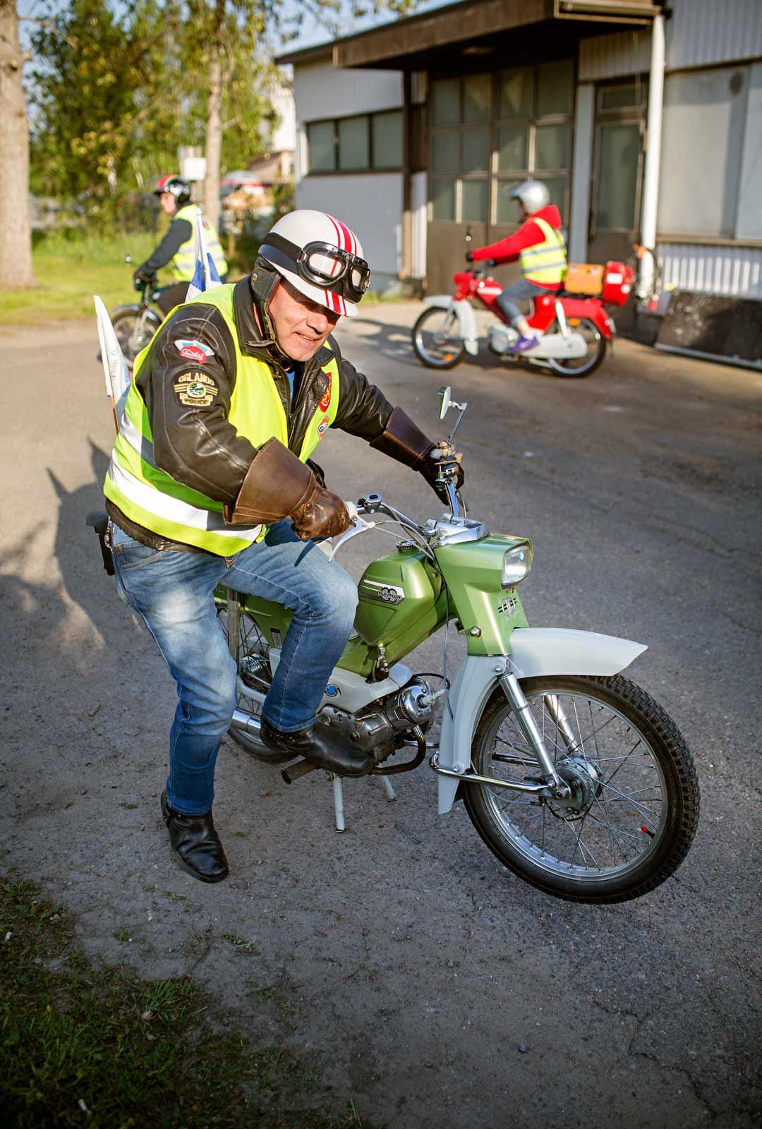 Turvallisuus voi olla tyylikästäkin! Kalevi Mäkinen näyttää mallia.