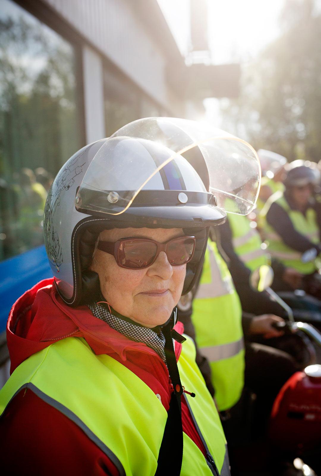 Helena Suominen nauttii kerhon retkistä. Hänestä tuli mopoharrastaja vasta kuusikymppisenä.