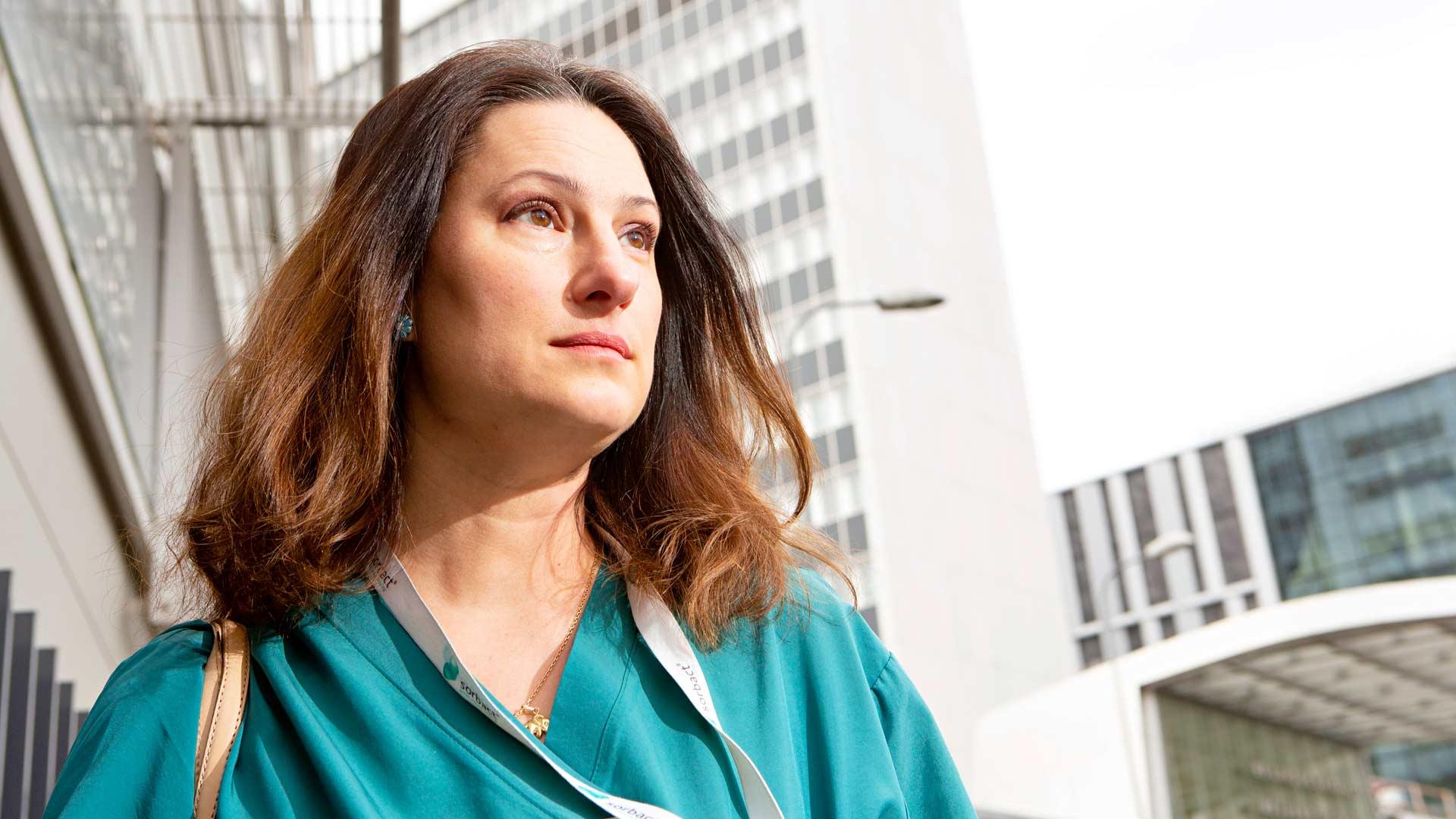 """""""Minun tehtäväni on olla etulinjassa, tappelemassa teidän puolestanne tätä tautia vastaan"""", Mikaela sanoo."""