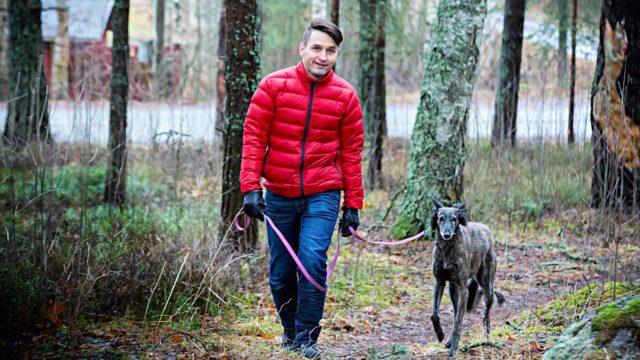 """Sami Saarentola tekee vapaaehtoistyötä vaikeahoitoista epilepsiaa sairastavien kanssa. """"DBS-hoito pelottaa muitakin."""" Lenkkiseurana Laila-koira."""
