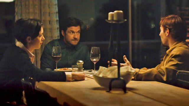 Robyn (Rebecca Hall) ja Simon (Jason Bateman) illastavat Gordonin (Joel Edgerton) kanssa elokuvassa The Gift.