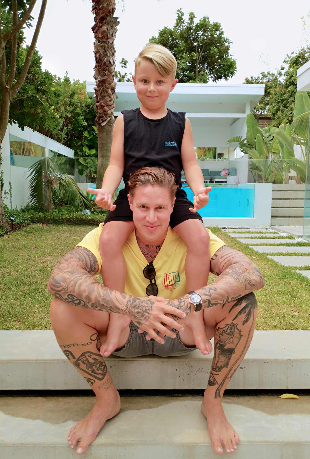 Tomi Björck ja 7-vuotias Joakim kotipihalla. Joakim rakastaa isän tekemiä hampurilaisia ja viihtyy perheen takapihalla olevassa uima-altaassa.