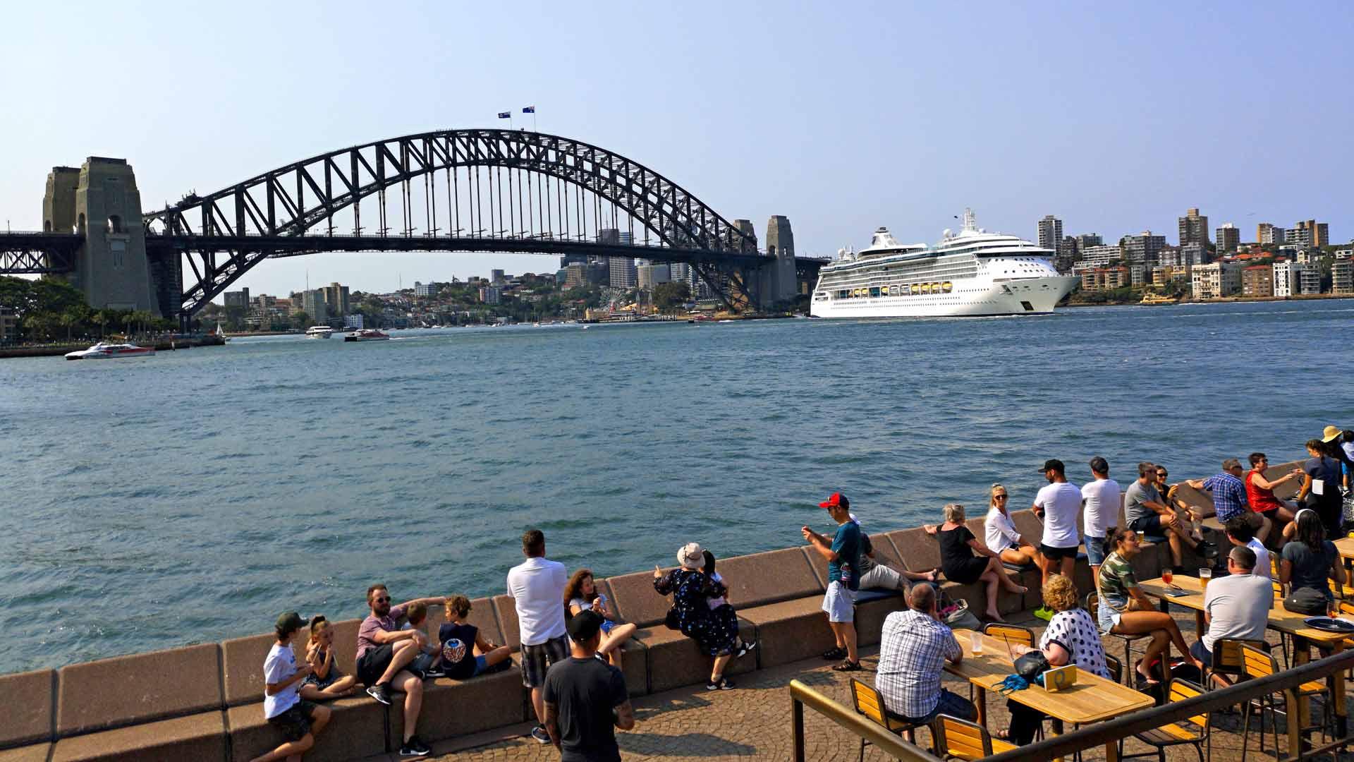 Sydneyn oopperatalo ja satamasilta ovat kaupungin ykkösnähtävyyksiä.