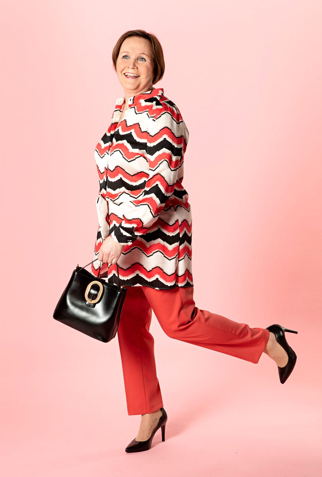 Punaiset housut ovat pirteä vaihtoehto farkuille, ja ne tuovat pitkät sääret esille.