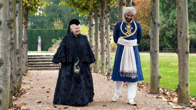 Judi Dench on kuningatar Victoriana täysin suvereeni, Ali Fazal yrittää Abdulina pysyä perässä elokuvassa Viktoria ja Abdul.
