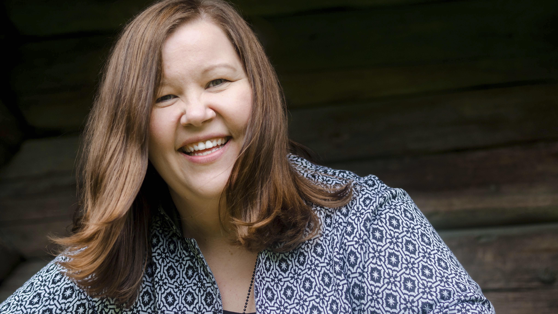 Mari Pulkkinen muistuttaa, että moni kaipaa surussaan keskusteluyhteyttä toisiin ihmisiin. Nyt surevalle läheiselle tai tuttavalle kannattaa vaikka soittaa.