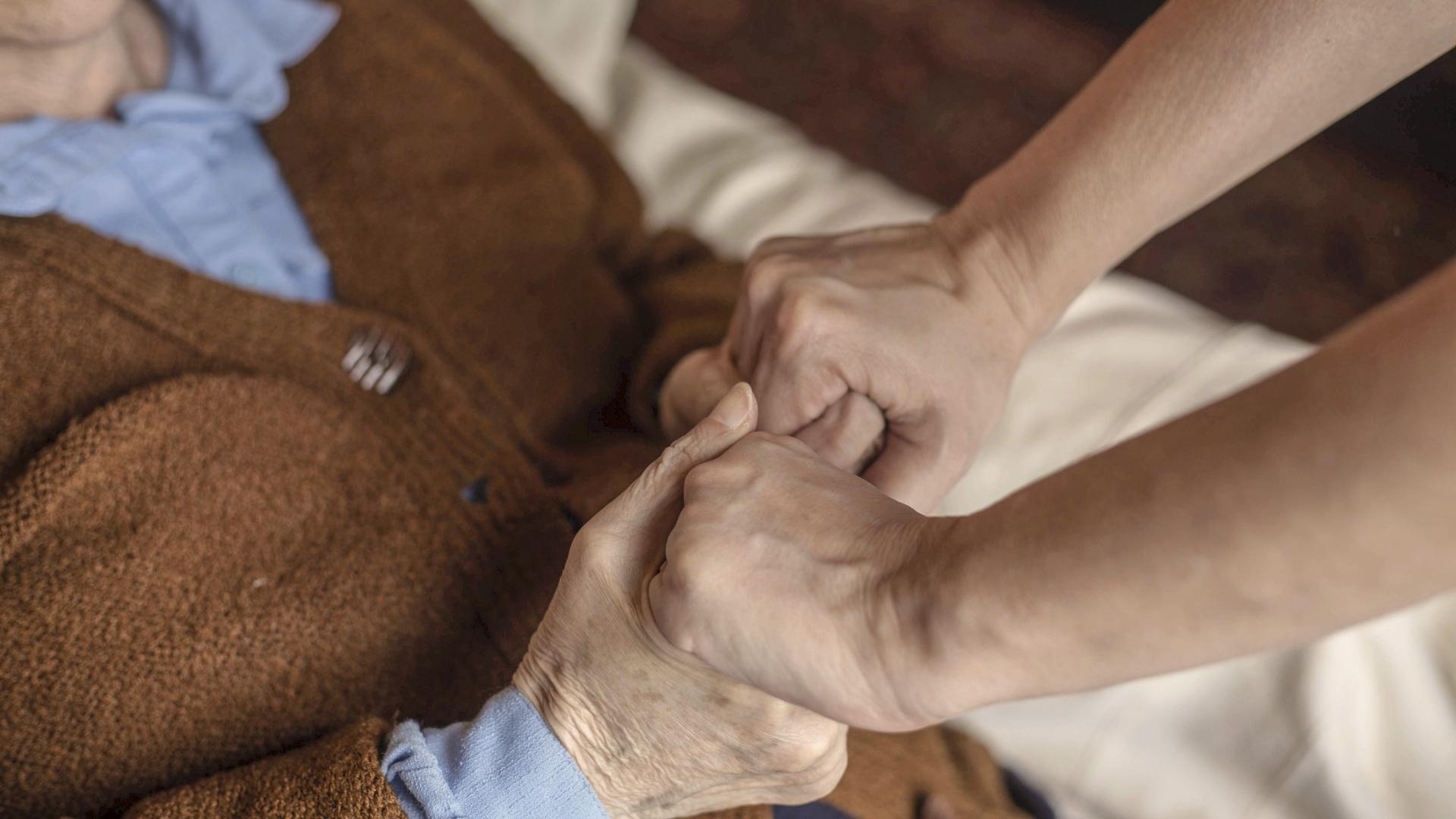 Enemmistö ikääntyneistä kuolee hoitolaitoksissa, joissa vierailua on nyt rajoitettu. Moni toivoo, ettei tarvitsisi olla yksin kuoleman hetkellä.