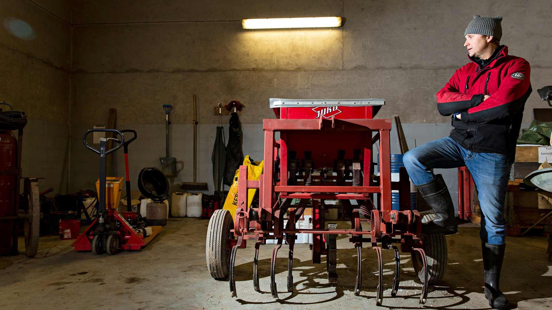 Kallelan tilalla koneet ovat valmiina kevään ja kesän koitoksiin. Lauri Niittysen vieressä on lannoituskone.