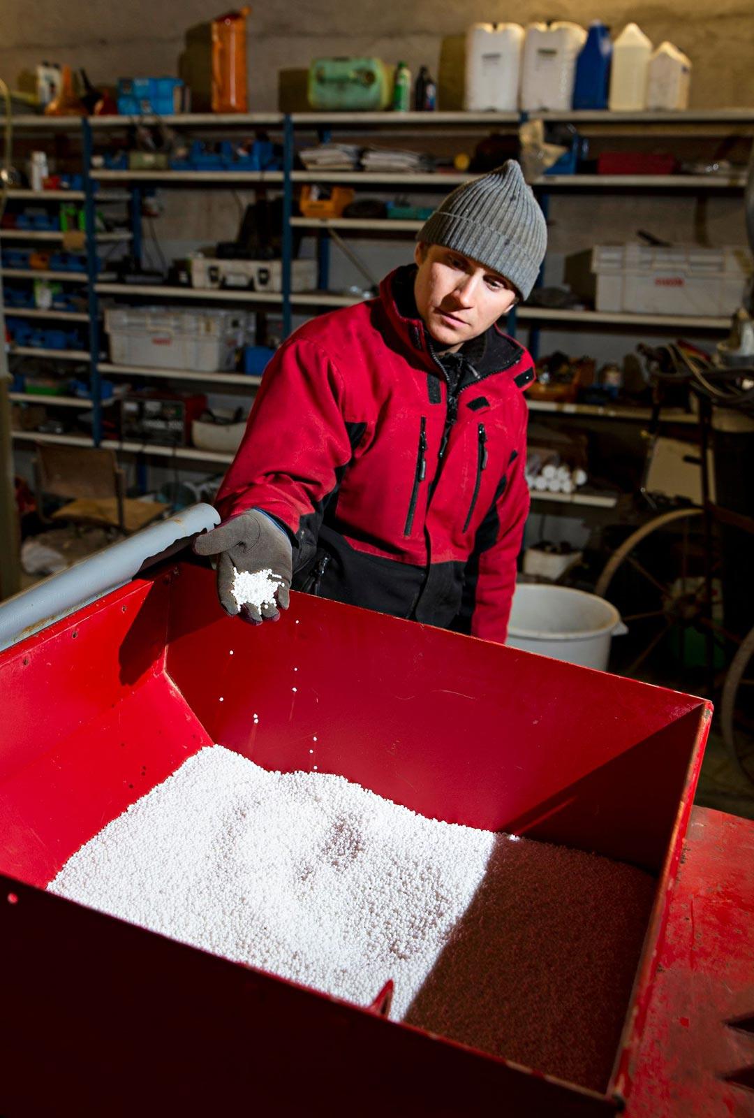 Maatiloilla kevättöihin kuuluu muun muassa lannoitus. Vastuun tilan koneista Lauri Niittynen pitää itsellään.