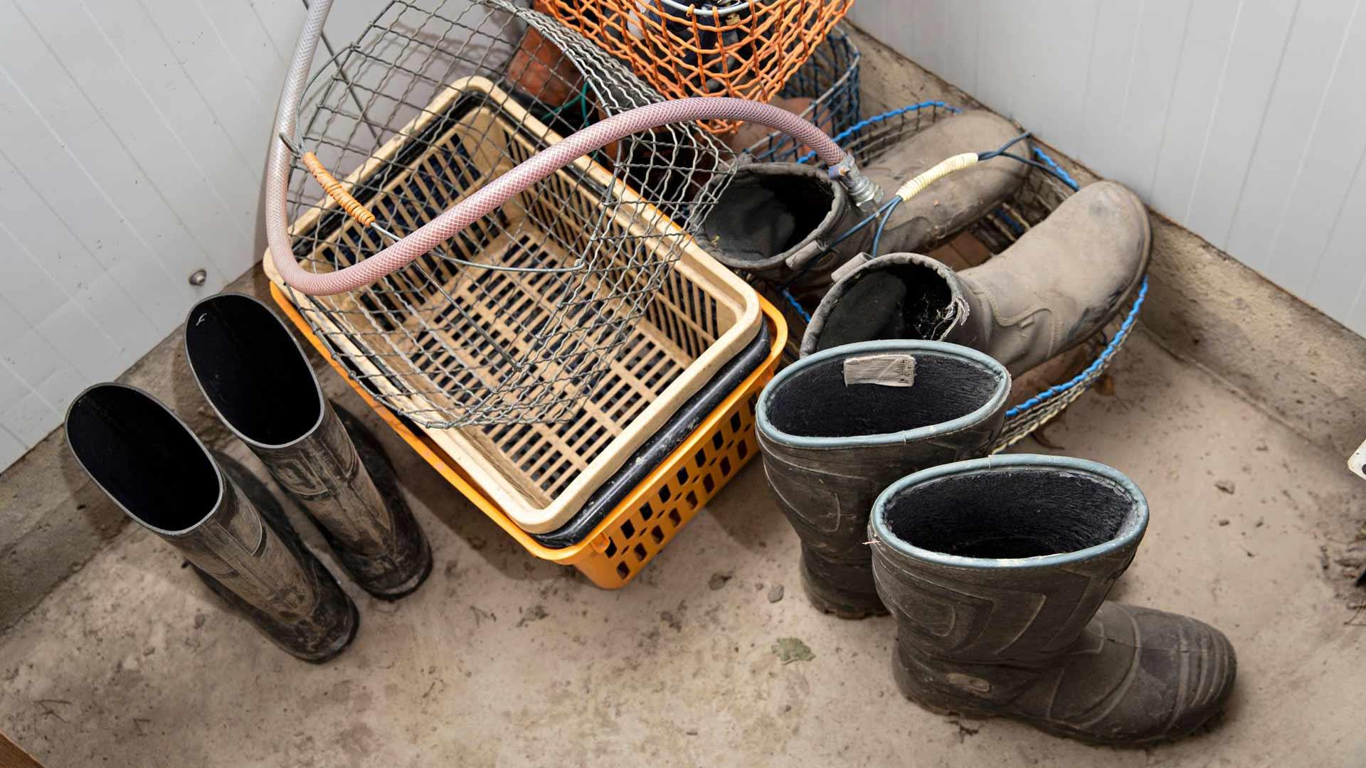 Maatiloilla peltotyö on raskasta ja kuraista työtä. Kumisaappaille on tilalla oma pesu- ja riisumispisteensä.