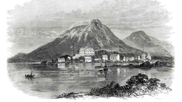 Sitka sijaitsi luonnonkauniilla paikalla vuorten ja meren sylissä. Ylimpänä näkyy Kekoorin linnakerakennus.
