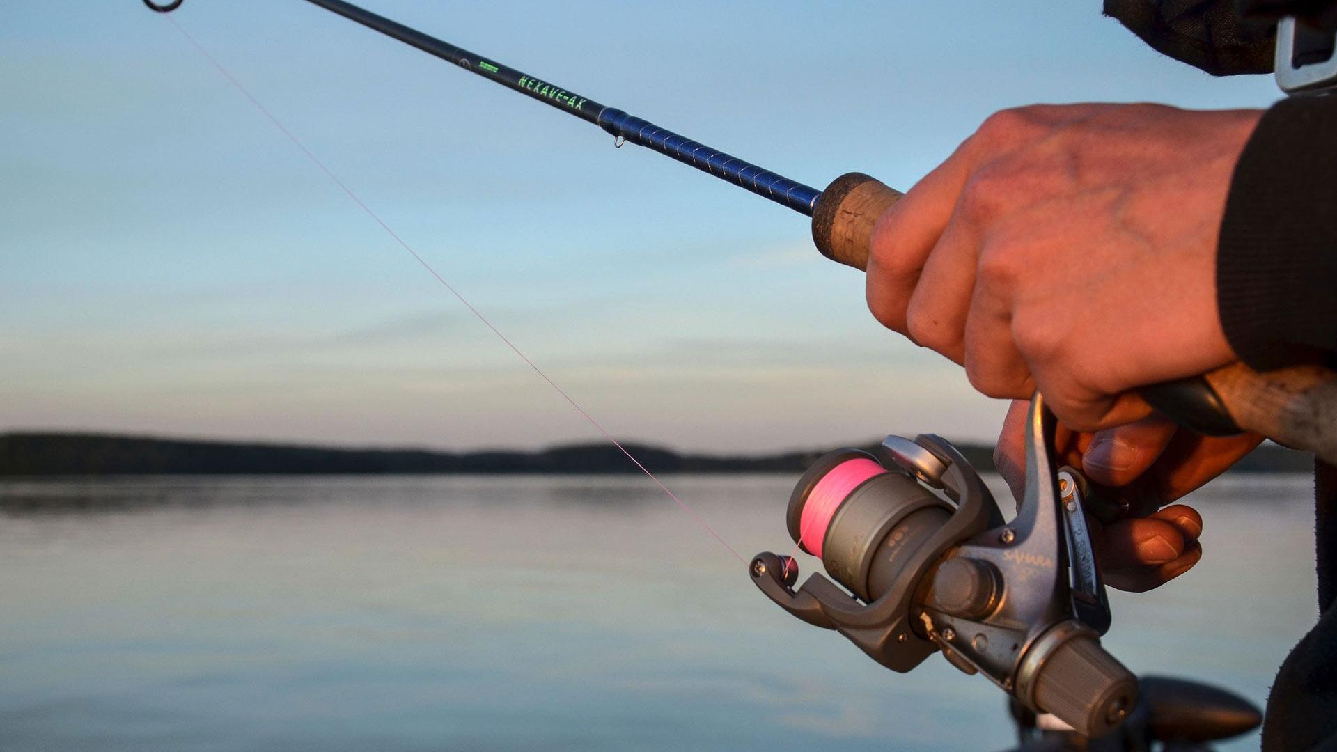 Tyyntyvän kesäillan rikkoo kuikan huuto, joka kutsuu kalastamaan.