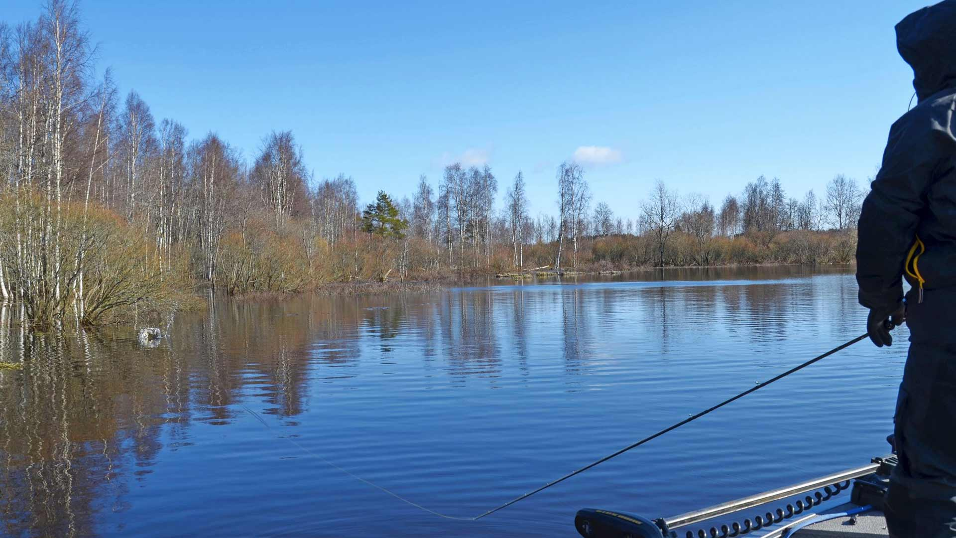 Kalastus kysyy pitkää mieltä. Hauki väijyy saalistaan mielellään esimerkiksi puiden suojissa. Ero kelpo vonkaleen ja viehetappion välillä ei ole suuri, joten heittotarkkuutta kannattaa harjoitella.