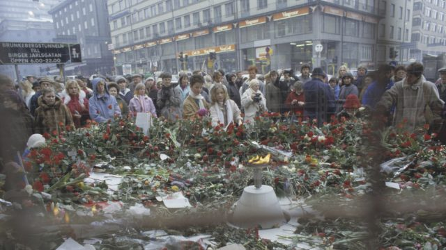 Olof Palmen murhapaikka Tukholman Sveavägenin ja Tunnelgatanin risteyksessä peittyi kukkasiin talvella 1986.
