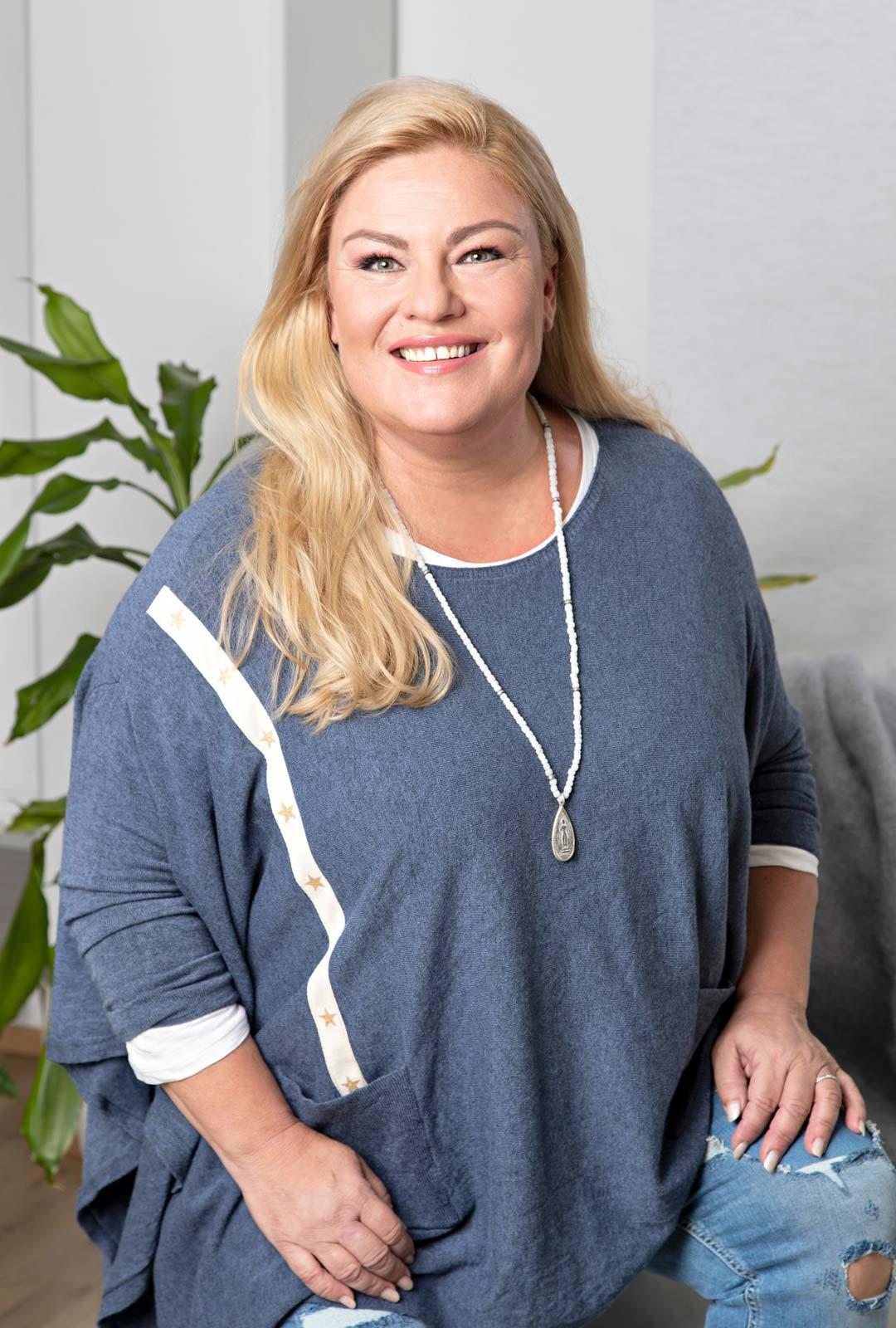 Näyttelijä Sanna Saarijärvi odottaa kesältä ystävien tapaamista.