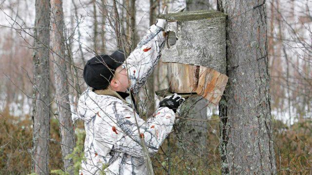 Telkänpöntöt pitää huoltaa viimeistään maaliskuussa. Huoltotöissä Ari-Pekka Pirskanen.