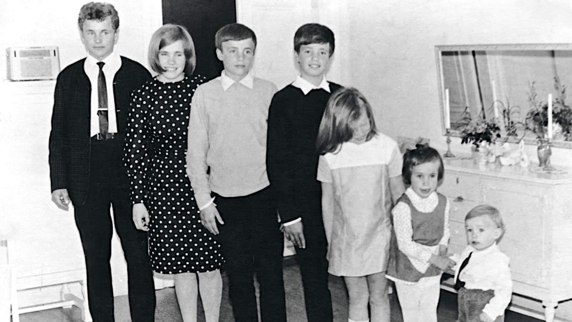 Stefan on kuvassa vasemmalta kolmantena ja Sonja toiseksi viimeisenä paimentamassa parven kuopusta.