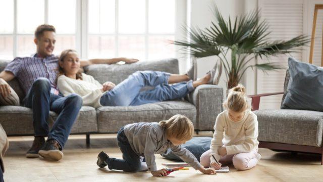 Koronaepidemia on raivannut uusperheissä tilaa perheytymiselle, ja moni on löytänyt perheen yhteiset säännöt.