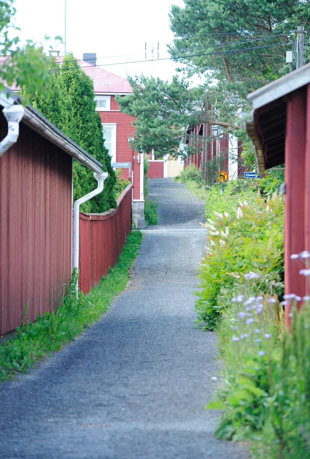 Kissanpiiskaajankuja on Suomen kapein katu, jolla on kaksisuuntaista liikennettä.