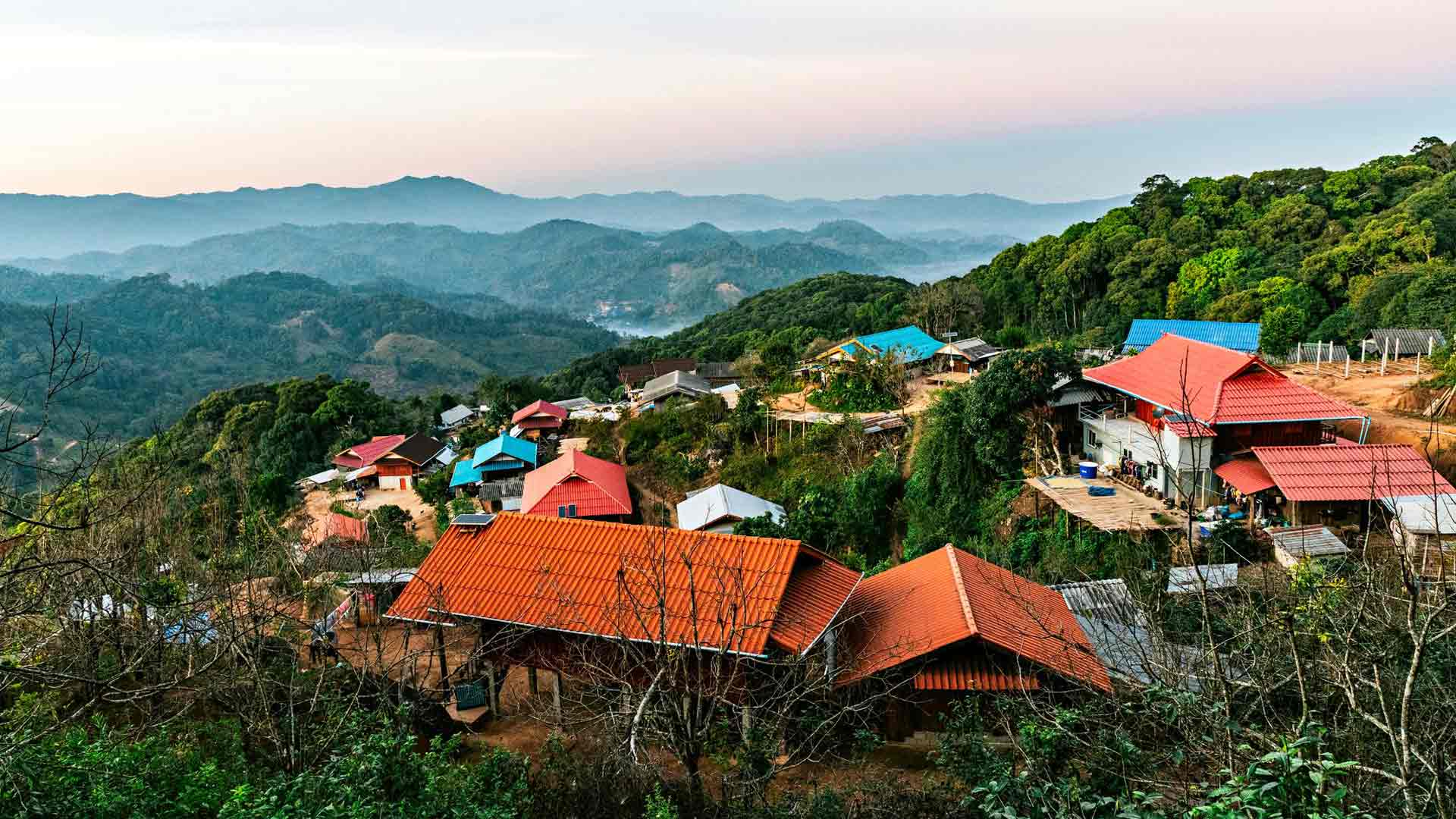 Thaimaan naimakaupat houkuttelevat, samoin tällaiset maisemat saavat länsimaalaiset pistämään säästöjään epävarmoihin sijoituksiin Thaimaassa.