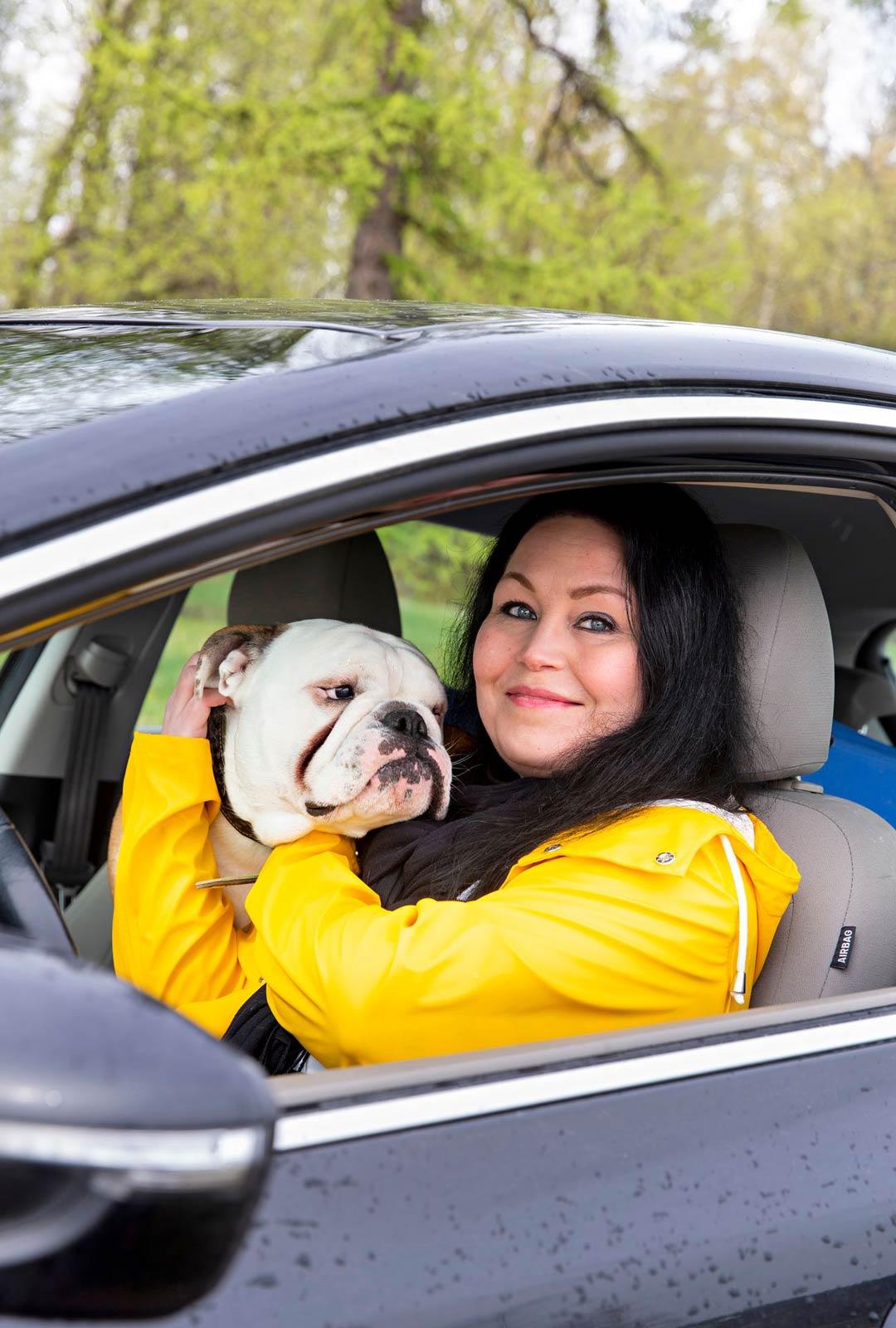 Maria Jyrkäs ja 1-vuotias englanninbulldoggipoika Hulk,joka on omistajansa reissukaveri ja hyvinvointivalmentaja.