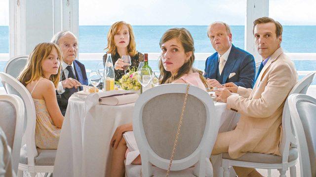 Kuvassa vasemmalta oikealla: Fantine Harduin, Jean-Louis Trintignant, Isabelle Huppert, Laura Verlinden, Toby Jones ja Mathieu Kassovitz elokuvassa Happy End.