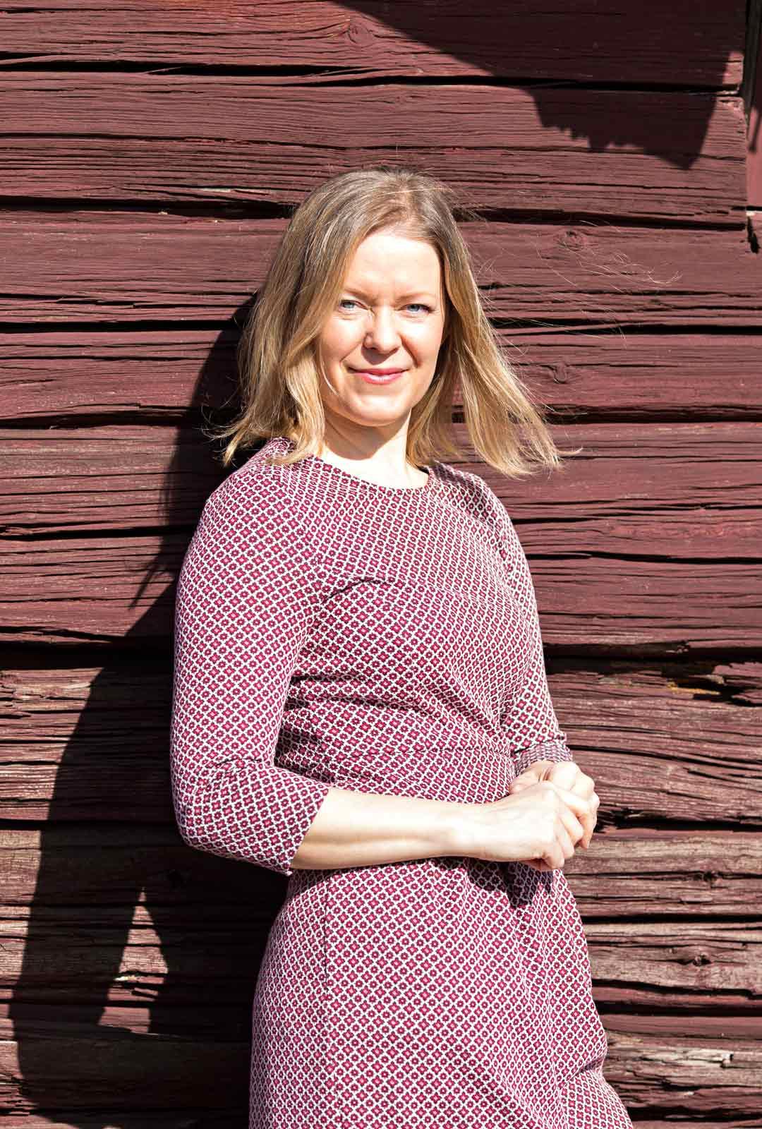 Johanna on aina halunnut asua paikoissa, joissa on kulttuurimaisemaa. Selän takana oleva aitta on rakennettu 1700-luvulla.