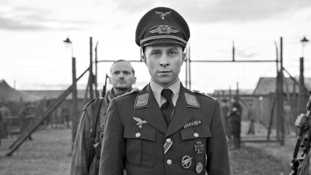 Korpraali Willi Herold (Max Hubacher) omaksuu kapteenin identiteetin elokuvassa Kapteeni.