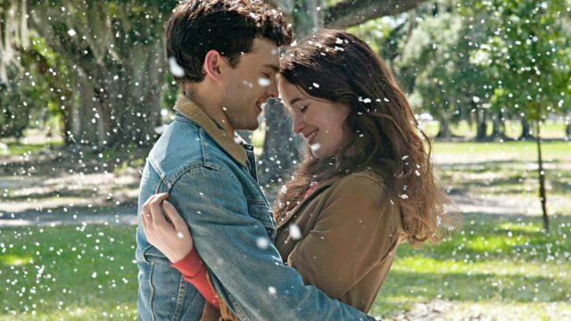 Rakkauden taikaa on ilmassa, kun teinit Ethan (Alden Ehrenreich) ja Lena (Alice Englert) kohtaavat elokuvassa Lumoava kirous.