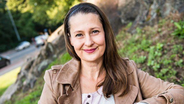 Minna Suuronen näyttelee sarjassaTarinanmetsästäjät.