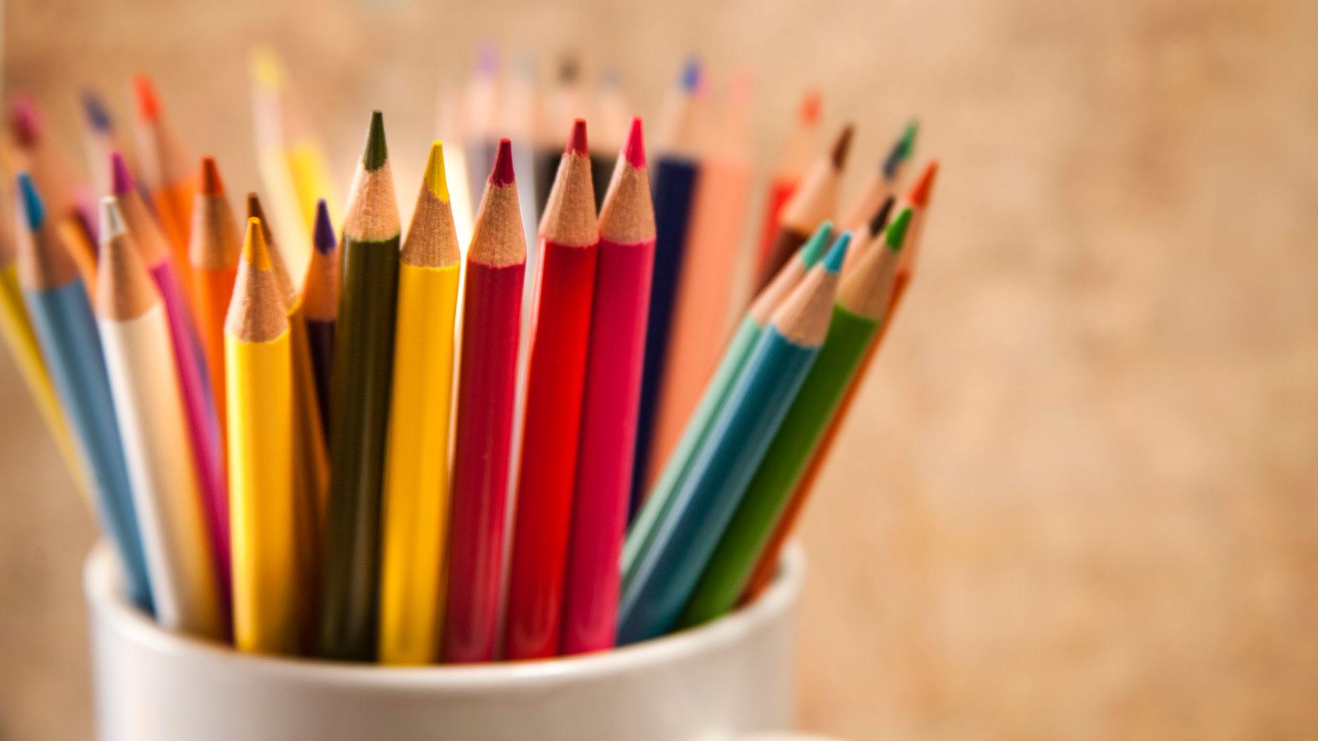 Jos tunteet ovat tukossa, kannattaa tarttua värikyniin ja antaa sielun poimia sieltä ne oikeat sävyt.