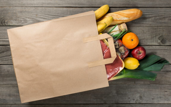 Ruokakasseja ruokalahjakortteja jakavat monet järjestöt ja Lotta Svärd Säätiö vähävaraisille perheille.