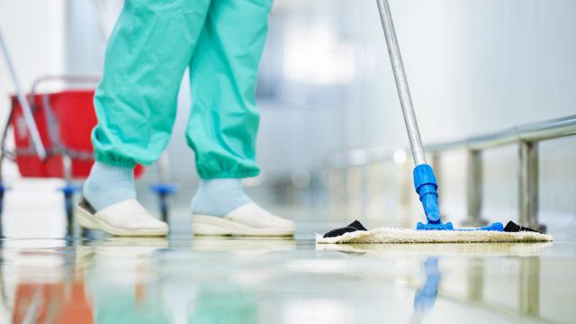 Koronavirustartunnalle altistavat työtehtävät ovat yleensä välttämättömiä ja sellaisia, että niitä ei voi hoitaa etänä. Kuvassa siivotaan.