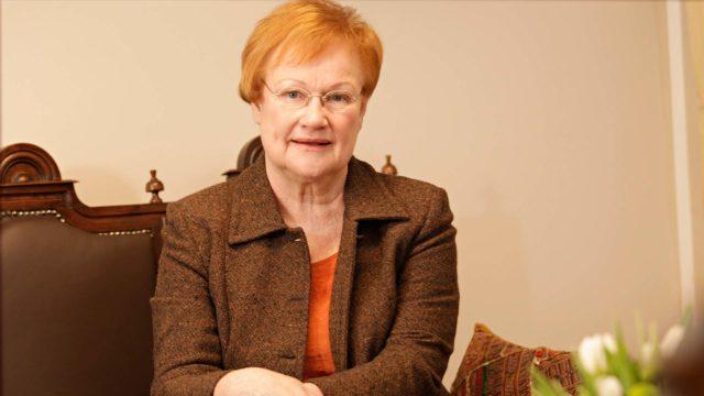 Presidentti Tarja Halonen sanoo olevansa käytännönläheinen ja jääräpäinen feministi, joka pitää tiukasti kiinni siitä periaatteesta, että kaikkia on kohdeltava samalla tavalla.