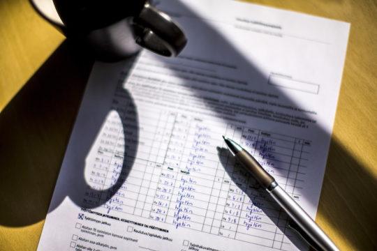 Työttömyysturvahakemuksia saapui Kelaan huhtikuussa ennätysmäärä. Hakemusruuhkaa purkamaan tarvitaan 1200 työntekijää.