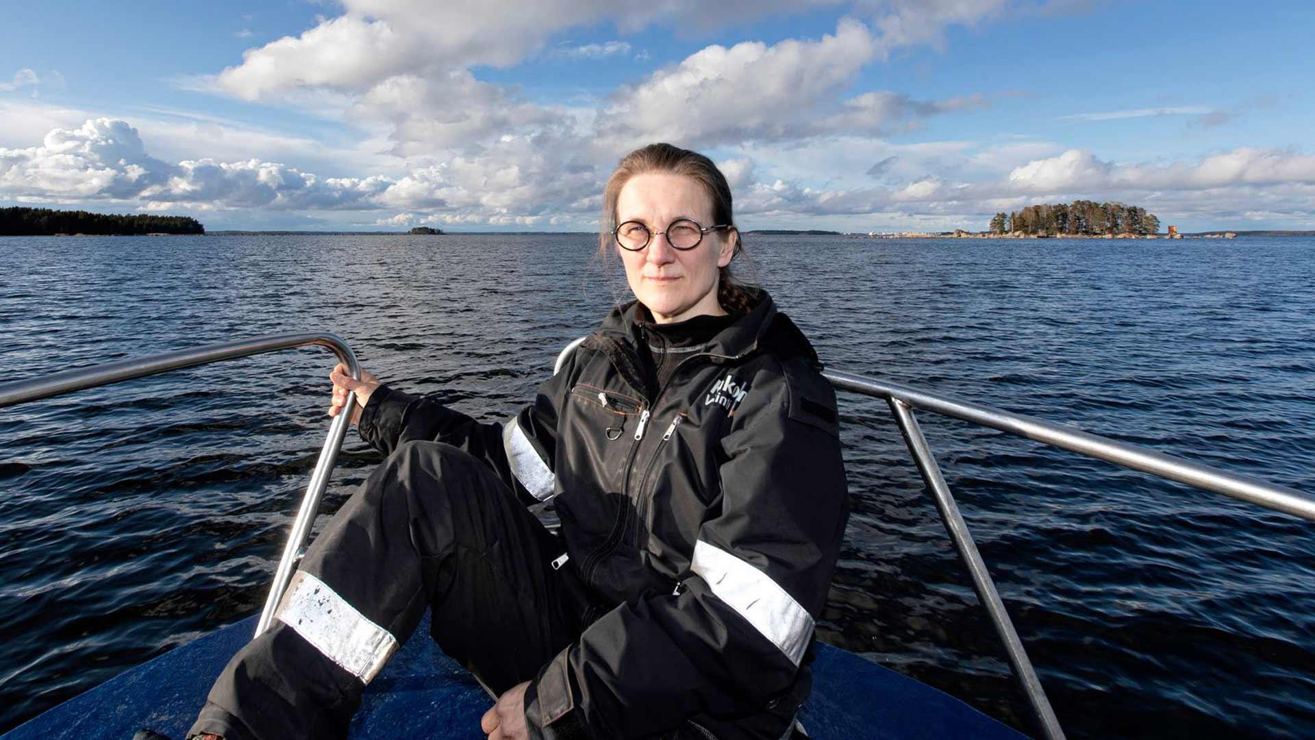 Laura Hyvöselle merireitti kotisaareen on myös aina paluuta menneisyyteen.