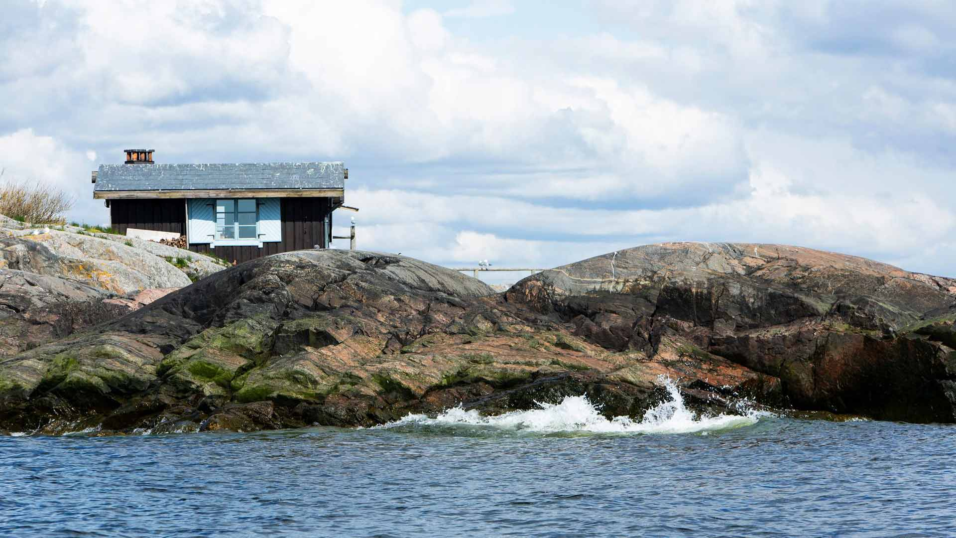 Tove Jansson ja Tuulikki Pietilä asuivat kesät kahdestaan Klovharun saarella. Myrskyjen jälkeen pellinkiläiset ajelivat saaren ohi tai poikkesivat kylään, ja hätätilanteita viestimistä varten pariskunnalla oli valkoiset lakanat.