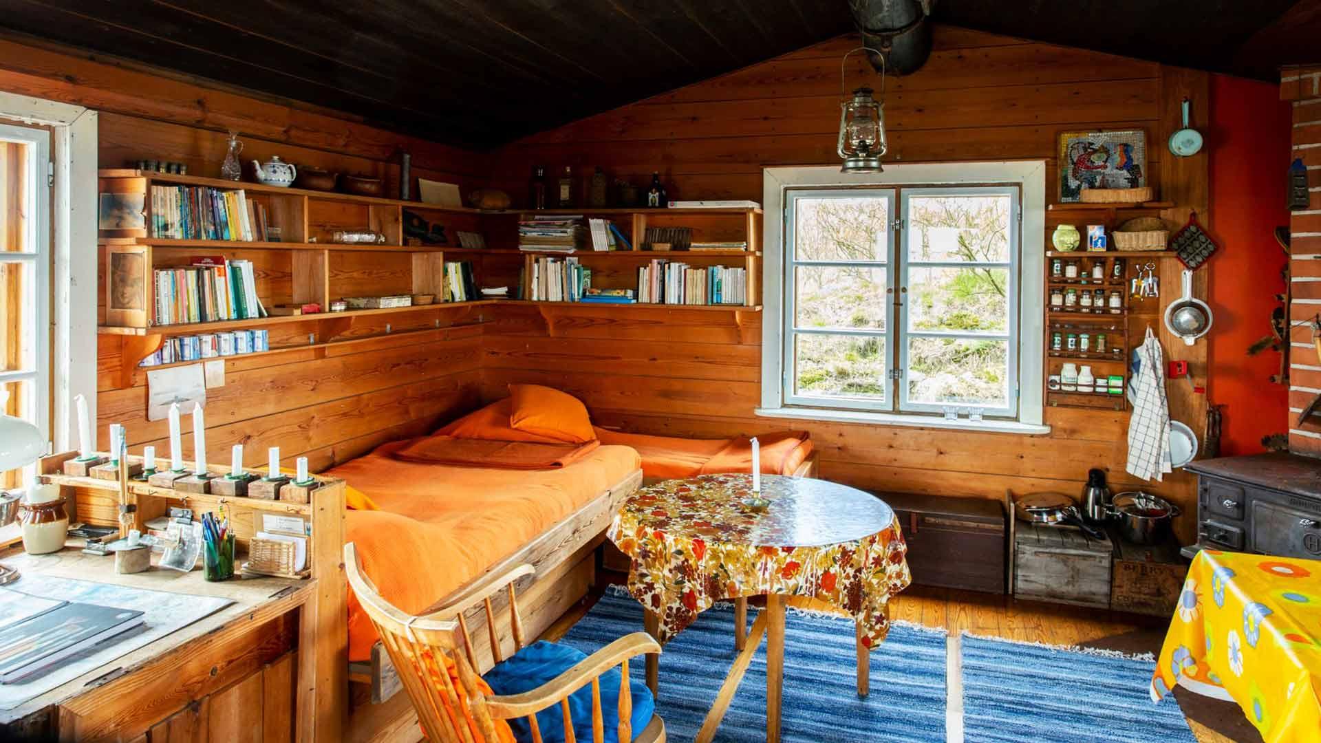 Tuulikki työskenteli kuvassa vasemmalla näkyvän työpöydän äärellä, Tove puolestaan kirjoitti toisella puolella huonetta keittiön pöydän äärellä.