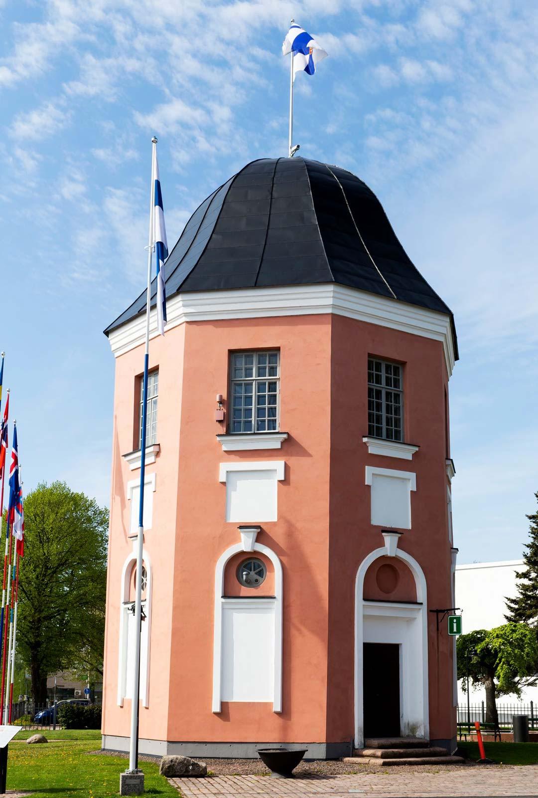 Torin laidalla sijaitseva Lipputorni palvelee Haminan kaupungin kesäinfopisteenä kesä-elokuussa.