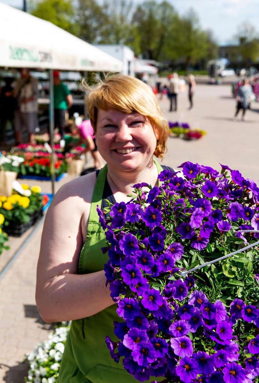 Tepposen taimimyymälän Heidi Porkka tietää kokemuksesta, että suosituimpien hankintojen joukossa pintansa pitää perinteinen amppeli.