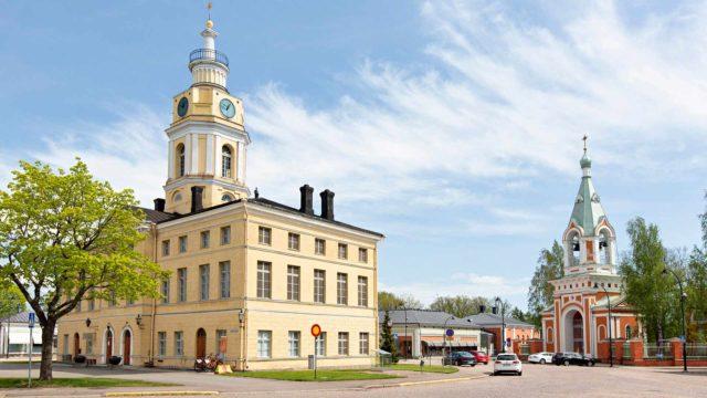1700-luvun lopulla valmistunut raatihuone sijaitsee Raatihuoneentorilla ympyräkaupungin keskipisteessä. Uusklassinen ulkomuodon ja rakennuksen tornin suunnitteli Carl Ludvig Engel rakennuksen uudistuksen yhteydessä vuonna 1840.