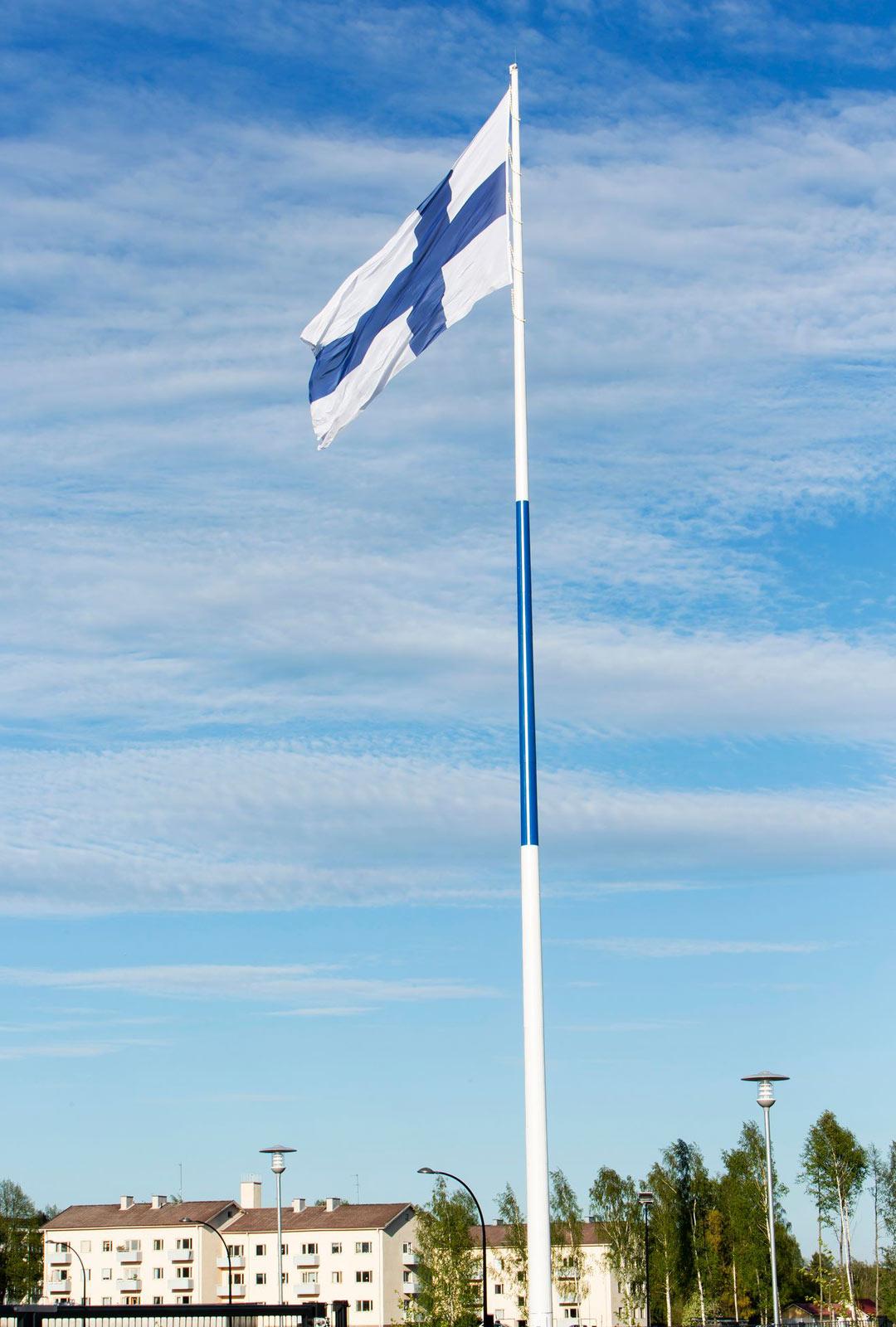 Maailman suurin Suomen lippu liehuu Sibeliuskadun kentällä 100 metriä korkeassa salossa. Sen liehumista voi seurata kaupungin verkkosivuilla.