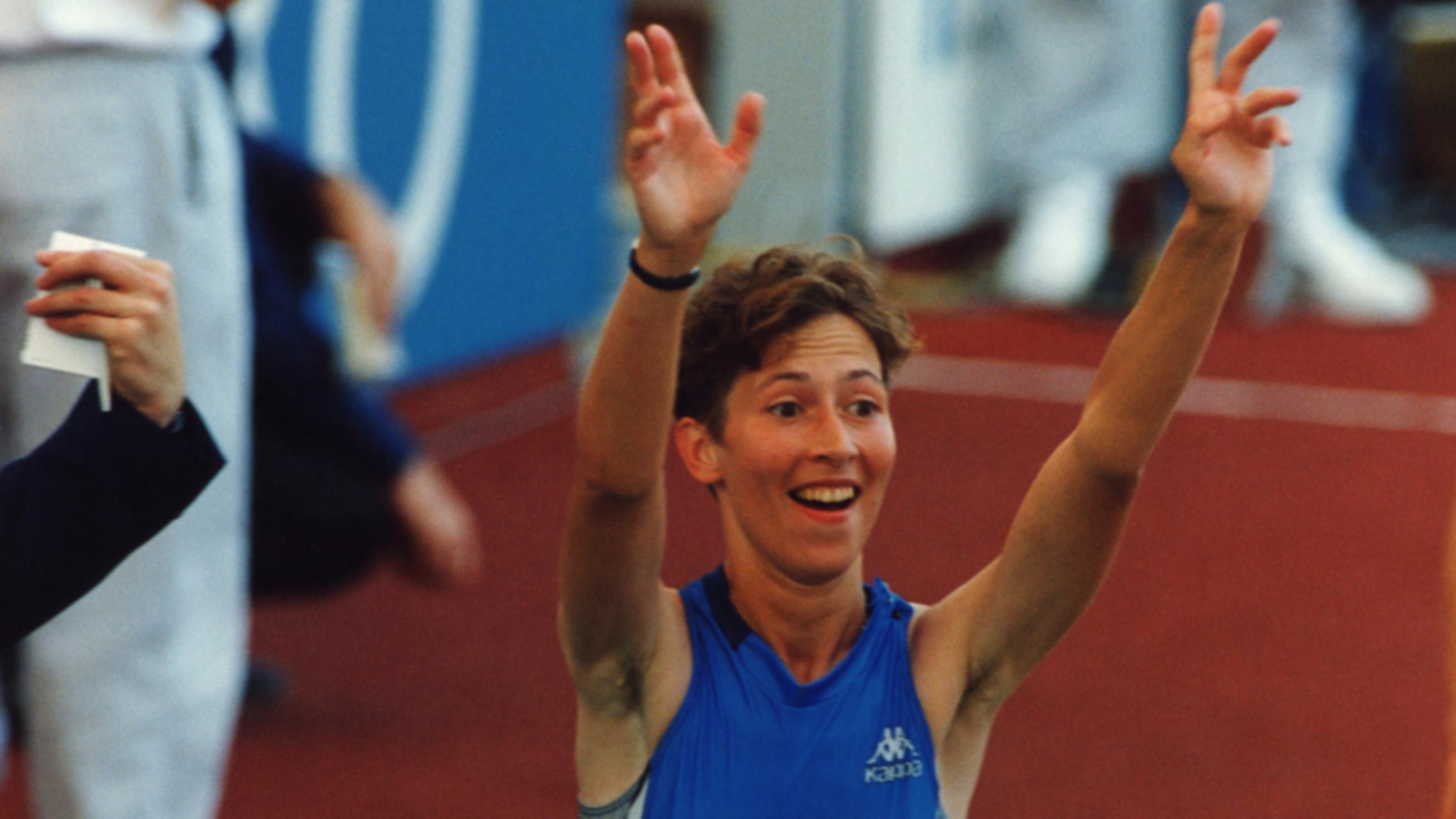Sari Essayah voitti kilpakävelyn MM-kultaa Stuttgartissa vuonna 1993.