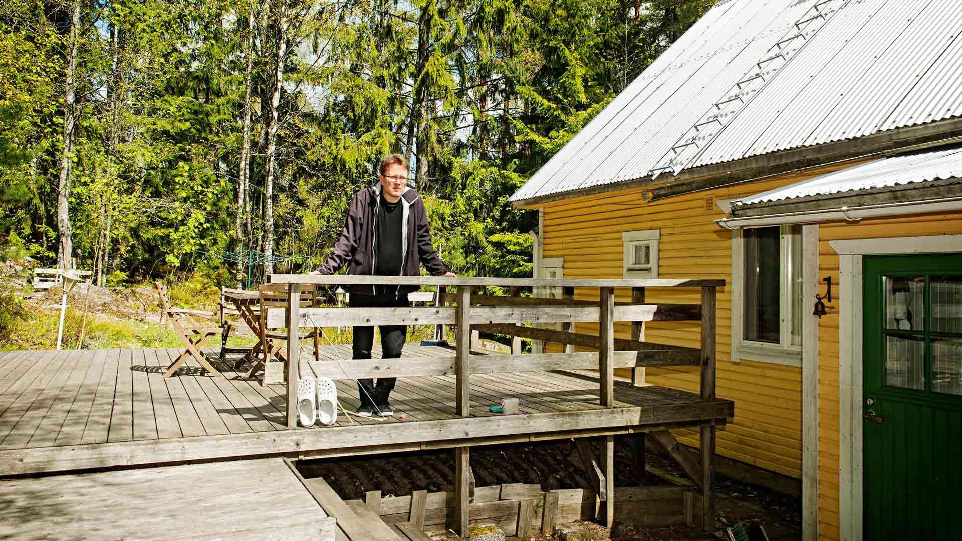 Janne Ora oman talonsa terassilla.