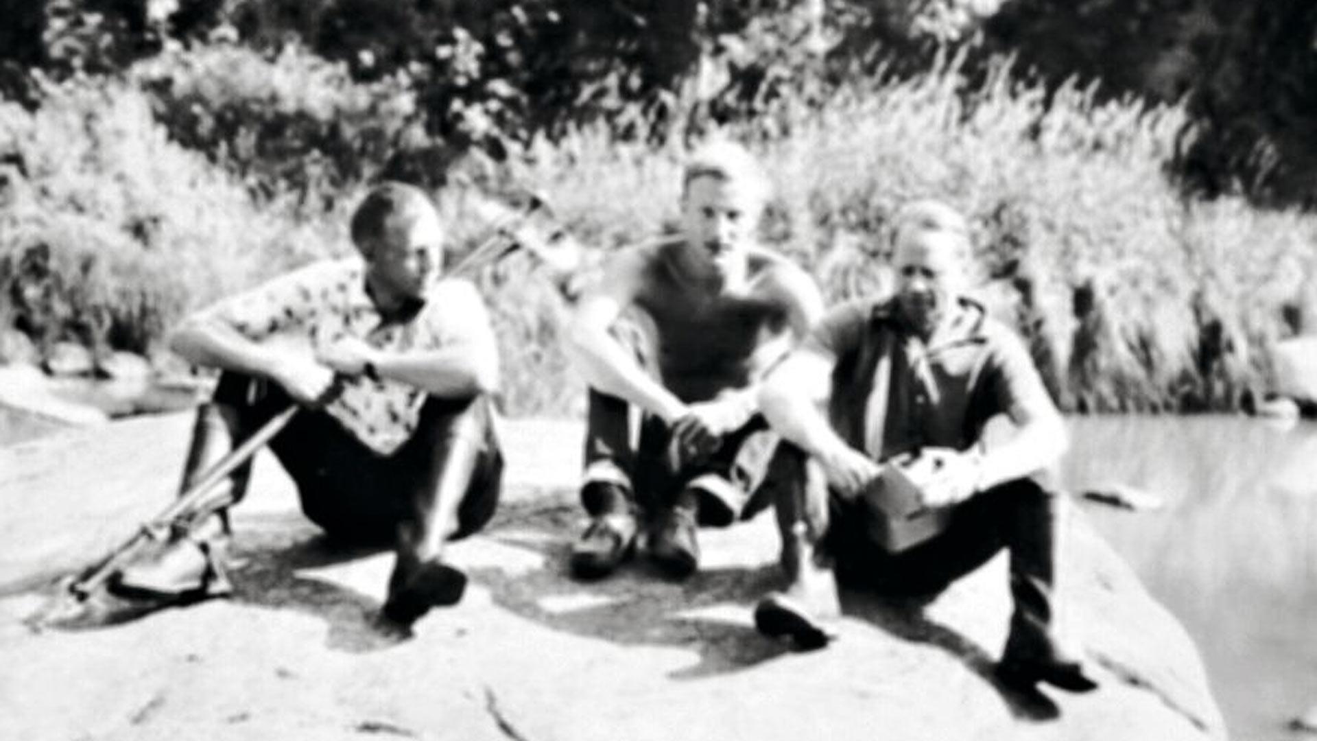 Veli (kuvassa keskellä) pitää työtoveriensa kanssa taukoa Aurajoen virtaamanmittaamisesta 1966. Hän on kirjoittanut omalta alaltaan mittavan määrän tieteellisiä artikkeleita.