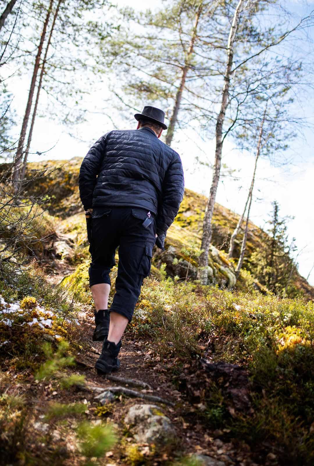 Ville Haapasalo ei harrasta vaeltamista, vaan metsä on hänelle rauhoittumisen paikka.