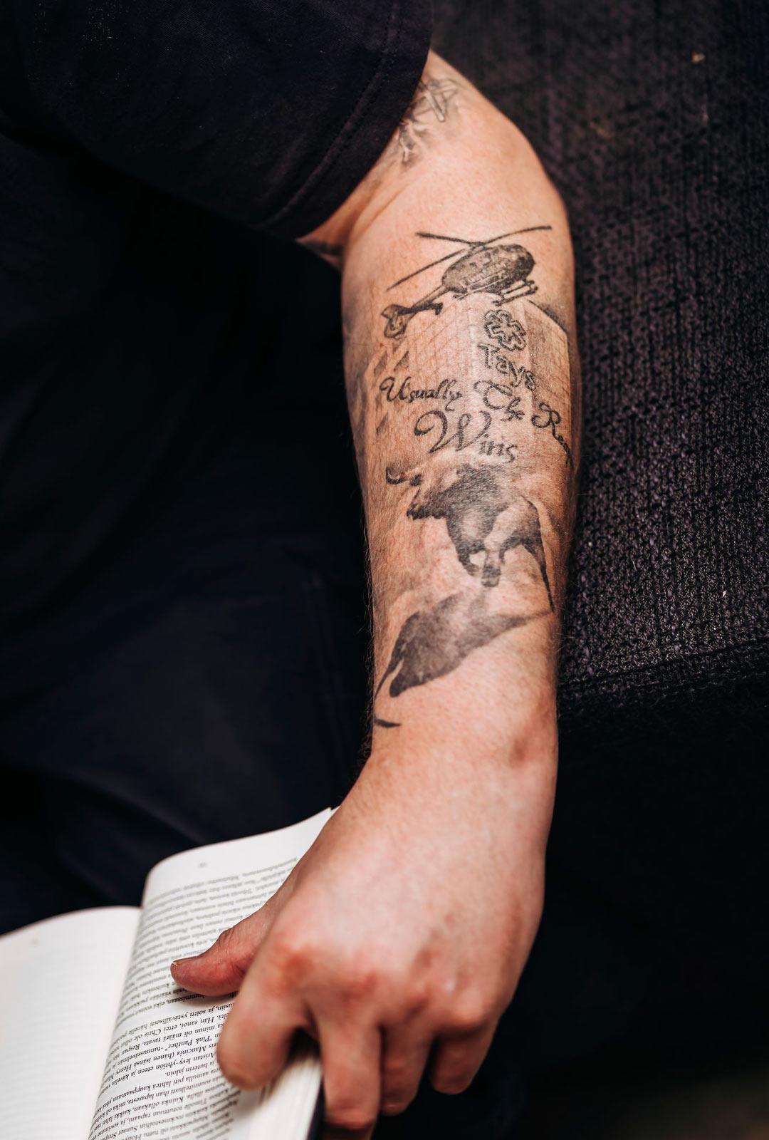 """""""Iholleni on tatuoitu sairaalarakennus, pelastuskopteri, sonni ja sana Tays. Haluan käsivarren tatuoinnilla kiittää minua hoitaneita. Ilman heitä en olisi tässä"""", Rauno Schulz kertoo."""