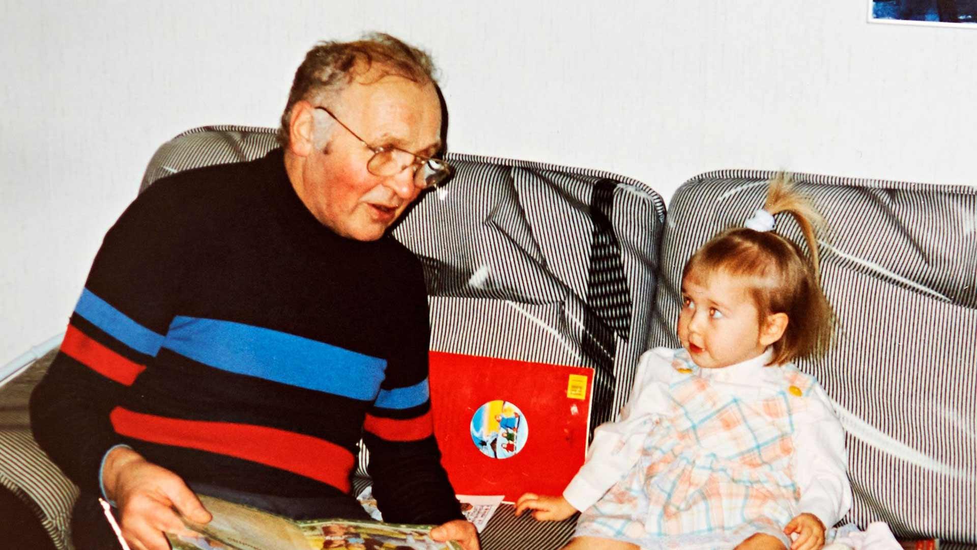 Pikku Lotta papan kanssa lukupuuhissa. Papan ja mummon koti Valkeakoskella on ollut Lotalle aina tukikohta Suomessa.